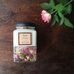 """Instagram의 Creema(クリーマ)님: """"可憐なピンクローズの蕾をたっぷりと詰め込んだソイキャンドル。 華やかで可愛らしい見た目は目にも楽しく、ローズゼラニウムのアロマとソイワックスの優しい香りは心も体もリラックスさせてくれそうです。 【elegant rose 〜蕾〜 : Thirlays…"""""""