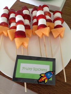 Fruity rockets for space party - kan burke to typer melon i stedet for marshmall. Fruity rockets f Alien Party, Astronaut Party, Cumple Toy Story, Festa Toy Story, Toy Story Party, Toy Story Food, Toy Story Theme, Rocket Birthday Parties, Birthday Party Themes
