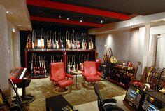 guitar storage in studio Guitar Storage, Guitar Display, Home Studio Musik, Home Music Rooms, Guitar Room, Guitar Wall, Guitar Chords, Studio Room, Basement Studio