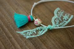 Μαρτυρικά 50τεμ MRL-005  Χειροποίητα μαρτυρικά βραχιολάκια με βεραμάν φουντίτσα, χάντρα με ροζ σταυρουδάκι και φιογκάκι από δαντέλα σε απόχρωση μέντα, σε έναν αρμονικό συνδυασμό με λευκό κορδόνι. Tassel Necklace, Tassels, Jewelry, Jewellery Making, Jewels, Jewlery, Jewerly, Tassel, Jewelery