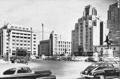 Imagen desde un costado de la Alameda Central. Justo al centro se puede apreciar el antiguo edificio que años después dejaría su lugar a la célebre Torre Latinoamericana.