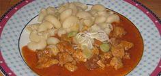 Tento recept na maďarský guláš z bravčového mäsa je jeden z mojich najoblúbenejších. Základ tvorí cibuľa a bravčové pliecko. Maďarský guláš pripravíme tak, Black Eyed Peas, Thai Red Curry, Chili, Soup, Chicken, Ethnic Recipes, Anna, Corona, Recipe