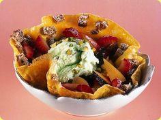 Frittata dolce con frutta e gelato.  Ingredienti:          2 fette di pane nero         un uovo         zucchero a velo         burro         frutta fresca         gelato...