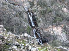 Vista desde arriba de una de las cascadas de los Riscos de Cabezamerina. En esta zona es posible disfrutar como un enano con el vuelo de los buitres. Pero se siempre muy respetuoso y ten mucho cuidado porque la caída puede ser dolorosísima.