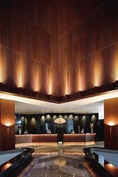 Lobby at Mandarin Oriental Hotel, Singapore - Hotels Design Architecture Hotel Lobby Design, Modern Hotel Lobby, Lobby Interior, Interior Lighting, Entryway Lighting, Entryway Decor, Lighting Design, Entryway Ideas, Wall Lighting