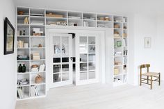 Modern shelves around the door for functional storage Built In Shelves, Room Shelves, Bookshelf Door, Bookshelf Inspiration, Cottage Plan, Interior Decorating, Interior Design, Large Homes, Home Office Design