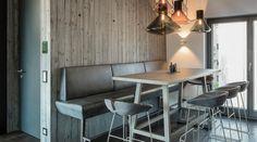 Begegnungszone und Markenerlebnis - Formdepot - Innenarchitektur Mayr & Glatzl. #innenarchitektur #schauraum #details #küche #design Conference Room, Architecture, Table, Design, Furniture, Home Decor, Branding, Interior Designing, Arquitetura