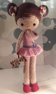 Muñeca Chloe con osito. Patrón gratuito en La Crocheteria. arocga@hotmail.con