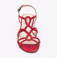 Hoy os quería hablar de una marca cuyas sandalias se han convertido en mis zapatos imprescindibles de verano. No es otra que Pons Quintana. Esta marca de calzado surge en 1953 enAlaior, una pequeñ…