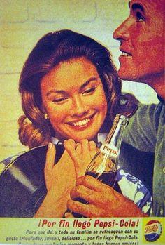 Ella es tan feliz con su disco y un hombre con una Pepsi abrazándola.