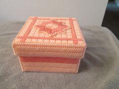 Se trata de una caja hecha a mano con diseño de flores. Almacene cualquier cosa y poner en cualquier lugar. Hace un gran regalo  Medidas aproximadas: 6 x 5 x 4  NO TE PIERDAS. TE LO AGRADECERIA SI LE FAVORECE A MI COMO TIENDA ESTOY AGREGANDO ANUNCIOS NUEVOS A MENUDO. GRACIAS POR VISITAR MI TIENDA.  Consejos de limpieza para lona plástica: aerosol Scotchgard y dejar secar para evitar manchas. Si usted consigue una mancha puede empape el elemento en agua fría y Woolite o un detergente suave y…