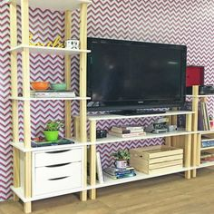 Para a sua sala, o Rack de TV Twist possui espaço na prateleira de cima para apoiar a televisão e uma prateleira abaixo para os eletrônicos. E ainda tem uma outra parteleira com espaços que podem ser utilizados para guardar livros, filmes, cd's e objetos decorativos. Venha dar uma espiadinha na nossa Loja Tadah Design! <3