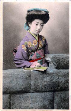 Geiko Teruha 照葉 (Shining leaf), real name Takaoka Tatsuko 高岡たつ子 (1896-1995) - Hand colored Japanese postcard - 1910s
