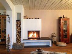 Moderner Heizkamin mit Natursteinbank #Heizkamin #Ofen #Ofenbank #Naturstein #fireplace #Ofenkunst #Riederinger Hafnerei #Holz #Feuer #weiß #schwarz www.Ofenkunst.de