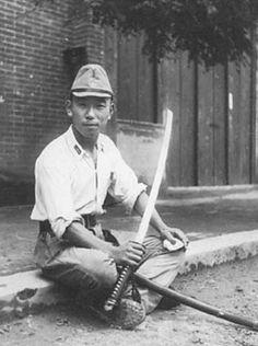 Японский офицер чистит меч. Без даты.