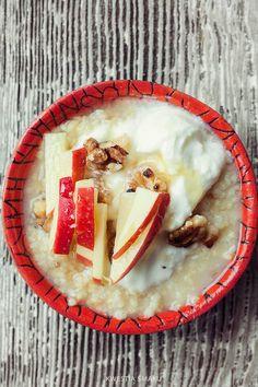 JAGLANKA na soku jabłkowym GOTOWANA 1/2 szklanki kaszy jaglanej 1 łyżeczka siemienia lnianego 2 i 1/2 szklanki soku jabłkowego 1/2 łyżeczki cynamonu Kaszę jaglaną opłukać kilkakrotnie zmieniając wodę aż będzie klarowna. Do rondelka wsypać kaszę, dodać siemię lniane jeśli używamy, wlać 2 szklanki soku jabłkowego i cynamon, zagotować, zmniejszyć ogień, przykryć i gotować przez ok. 20-25 minut do miękkości kaszy. Na koniec dodać resztę soku jabłkowego i wymieszać. Nałożyć dodac jogurt itd.