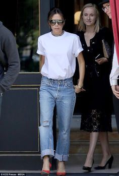 Victoria Beckham keeps it simple in white T-shirt and jeans in Paris - Style icon: The former Spice Girl caught the eye as she exited her Paris hotel - White Tshirt And Jeans, White Tshirt Outfit, Heels Outfits, Jean Outfits, Casual Outfits, Victoria Beckham Stil, Jeans And T Shirt Outfit, T-shirt Und Jeans, T Shirt Branca