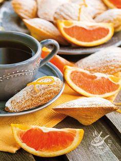Le Madeleine all'arancia sono dolcetti molto raffinati, da servire per un tè o regalare, in una elegante confezione, agli amici gourmand.