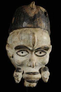 """Le terme Mayombe désigne une grande région boisée située en majeure partie au Zaire mais aussi en grande partie au Cabinda, Congo et Gabon. Les masques Yombe ont pour constante d'être réalisés en bois léger et couverts d'une teinture à base d'ingrédients locaux. Celui-ci est assez particulier en raison de sa plastique et du """"mords"""" tenu en bouche... Masque de féticheur ????"""