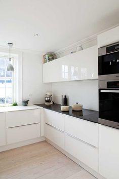 cuisine laquée blanche avec sol en planchers clairs Plus Small Modern Kitchens, Small Space Kitchen, Kitchen Sets, Ikea Kitchen, Modern Kitchen Design, Kitchen Flooring, Interior Design Kitchen, Home Kitchens, Kitchen Decor