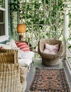 In Portland ein viktorianischer Fit for Four aus dem frühen Jahrhundert Summer Porch Decor, Summer Front Porches, Spring Decorations, Bohemian Porch, Bohemian Decor, Ethnic Decor, Large Furniture, Outdoor Furniture Sets, Front Porch Furniture