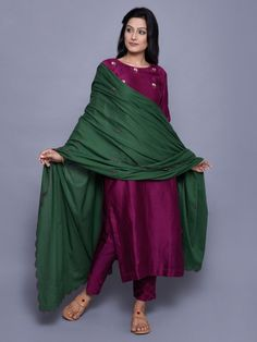 Green Mul Mul Embroidered Dupatta with contrast majenta pink suit Colour Combinations Fashion, Color Combinations For Clothes, Pakistani Dresses, Indian Dresses, Indian Outfits, Indian Attire, Indian Wear, Simple Dresses, Beautiful Dresses