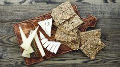 Herkullinen suolapähkinänäkkileipä on helppo valmistaa. Se sopii tarjottavaksi sellaisenaan tai juustopöydässä.  Tämäkin resepti vain n. 1,35€/annos*.