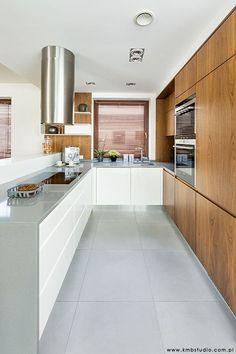Kuchnia, projekt kuchni, nowoczesna kuchnia, drewniane meble kuchenne. Zobacz więcej na: https://www.homify.pl/katalogi-inspiracji/23515/homify-360-przytulne-ale-i-nowoczesne-wnetrze-domu-w-kryspinowie