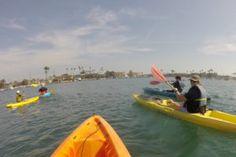 Passeio de caiaque nos canais de Naples em Long Beach  Fomos convidados por amigos para passear de caiaque em Naples, uma das vizinhanças de Long Beach. Naples possui belos canais, que proporcionam um ambiente tranquilo para quem quer praticar alguns esportes aquáticos!