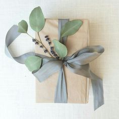 Simple and elegant gift wrapping Christmas Gift Wrapping, Christmas Gifts, Christmas Decorations, Creative Gift Wrapping, Creative Gifts, Simple Gift Wrapping Ideas, Elegant Gift Wrapping, Gift Wraping, Idee Diy