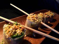 Rollo de papel de arroz con salteado de espárragos verdes, col y brotes de soja natural con una picada de frutos secos y salsa agridulce