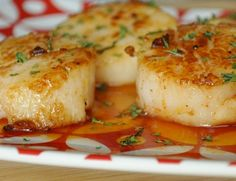Seared Sea Scallops with Spicy Sriracha Reduction - Deglazing with Sriracha - Peas And Crayons Fish Recipes, Seafood Recipes, Great Recipes, Cooking Recipes, Favorite Recipes, Healthy Recipes, Entree Recipes, Cookbook Recipes, Yummy Recipes