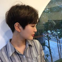 Image may contain: 1 person, closeup Haircuts Straight Hair, Girls Short Haircuts, Short Straight Hair, Short Hair Cuts, Short Hair Outfits, Girl Short Hair, Shot Hair Styles, Curly Hair Styles, Pelo Ulzzang