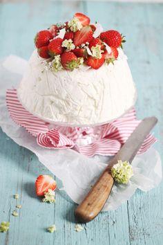 Erdbeeren 2.0: Mit dem schnellsten (Erdbeer-) Frozen Cheesecake, der dein Herzchen hüpfen lässt oder: Geschichten aus dem (Blogger-) Leben.