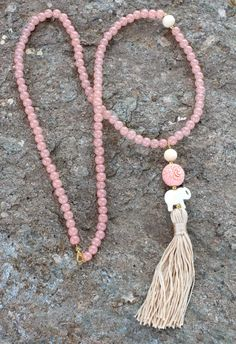 Light pink Tassel Necklace. Mala long beaded por lizaslittlethings