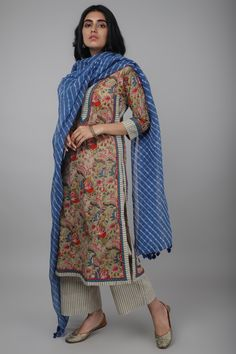This kurta is styled with a boat neck yoke and has a kalidar straight cut and is matched with a chiffon Pakistani Fashion Casual, Pakistani Dresses Casual, Pakistani Dress Design, Pakistani Kurta Designs, Stylish Dress Designs, Designs For Dresses, Dresses Elegant, Stylish Dresses, Formal Dresses
