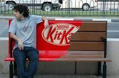 Een voorbeeld van opvallende reclame omwille van de verandering want de bank wordt voorgesteld als een kitkat.