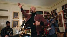 NPR music ha estado haciendo diferentes mini conciertos llamados Tiny Desk Concert. Estos incluían aartistas cantando detrás de un escritorio en una oficina, pero en esta ocasión la Casa Blanca llamó y ellos aprovecharon de hacer una nueva versión de este en la biblioteca de la casa presidencial. Decidieron que el cantante elegido para este …