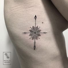 idee für einen kleinen winzigen schwarzen tattoo mit einem schwarzen kompass für eine junge frau