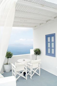 Balcony overlooking the ocean {we wouldn't mind relaxing here}