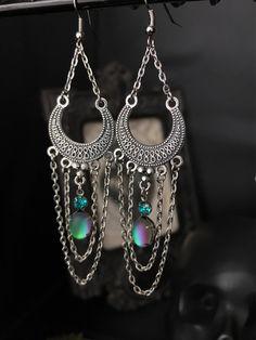 Boucles d'oreilles chandelier et perles en verre vert opaque à reflets irisés - ethnique - oriental - shabby par Stormglitter sur Etsy https://www.etsy.com/fr/listing/543770984/boucles-doreilles-chandelier-et-perles