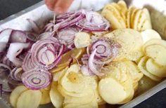 Fyld formen med kartofler og løg – 30 minutter senere kan du servere din nye livret til efteråret Fun Cooking, Cooking Recipes, Potatoes Dauphinoise, Sour Foods, Dinner Side Dishes, Fall Dishes, Tasty Videos, Food Platters, Happy Foods