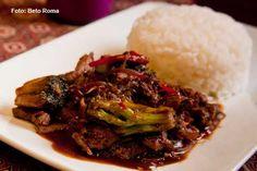 Mekong - Neuua Phat  Iscas de filé mignon salteadas com brócolis, gengibre e especiarias acompanhadas de arroz de jasmim (almoço)