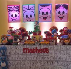Painel atrás da mesa do bolo foi adesivado com os rostos dos personagens da Turma da Mônica. A mesa do bolo mesclava doces finos e decorados com bonecos criados por Maurício de Souza. A decoração foi feita pela Thanks - Grife de Festas