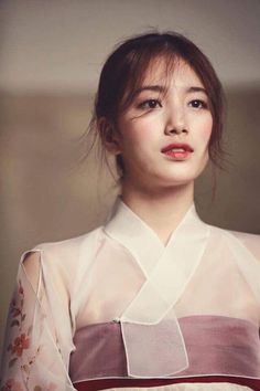 Suzy looking absolutely marvelous in a hanbok in the December 2015 issue of Look. I hope the peo Korean Traditional Dress, Traditional Fashion, Traditional Wedding, Traditional Dresses, Korean Fashion Trends, Korea Fashion, Korean Dress, Korean Outfits, Miss A Suzy