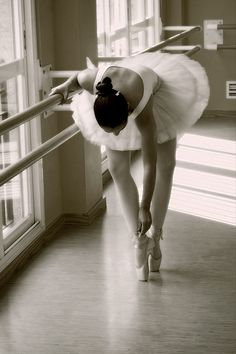 Beautiful Ballet Dancer, ballerina, rehearsal, pointé, training, working out, gracious, yndefuld, female, woman, beauty, photograph, photo b/w.