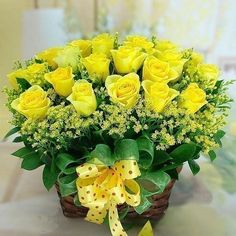 My wedding bouquet consisted of yellow roses, daises (yellow & white) and Babies' Breath--my favorite flowers! Flowers Nature, Pretty Flowers, Fresh Flowers, Silk Flowers, Rosen Arrangements, Floral Arrangements, Bouquet Champetre, Photo D Art, Love Rose