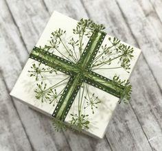 Eine frische Dekorationsidee: Dill Blüten als Geschenkverpackung. Weitere Deko Tipps unter www.der-Schachtel-Shop.de