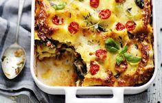 Niinkin upea ruoka kuin pitkään hauduteltu jauhelihalasagne tapasi voittajansa vuonna 1999. Sinä kesänä löysin australialaisen Donna Hayn The new cook -keittokirjan Tukholmasta. Pakkaspäivän lakanapyykinraikkaat, simppelit mutta herkulliset ruokakuvat saivat ahmimaan kirjaa.