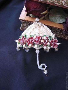 Купить или заказать Брошь 'Из Шкатулочки Принцессы' IV в интернет-магазине на Ярмарке Мастеров. Брошь выполнена в виде зонтика, украшенного цветами, речным жемчугом и хрустальными капельками дождя. Сам зонтик выполнен из золотой старинной парчи.…
